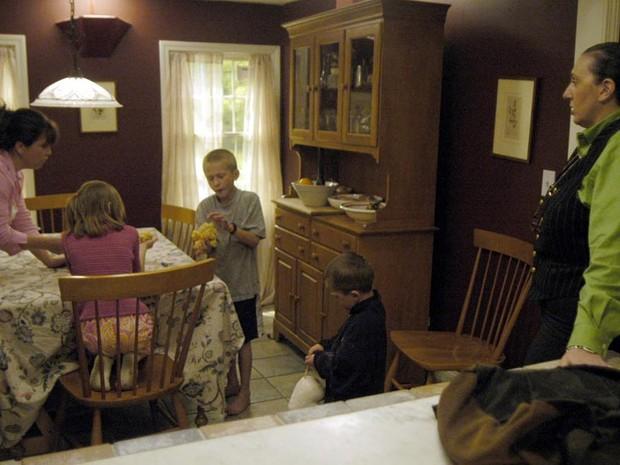 A nanny Stella observa como os pais lidam com os filhos (Foto: divulgao)