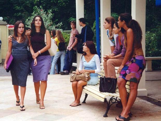 Bia (Fernanda Nobre) entra no Múltipla Escolha ao lado de Linda (Giselle Tigre) (Foto: CEDOC/ TV Globo)