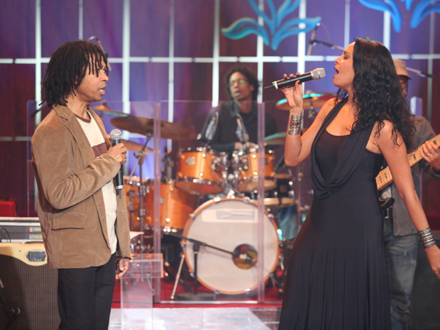 Djavan canta com Barbara Mendes (Foto: Leo Lemos / TV Globo)