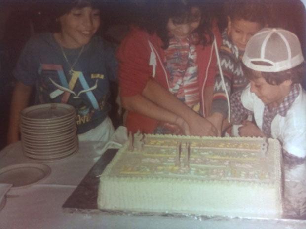 Luciano, Patricia e Juninho Bill comemoram 12, 11 e 8 anos juntos em 1985 (Foto: arquivo pessoal)