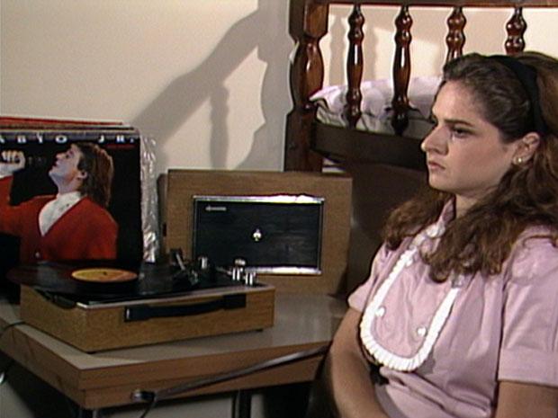 Cida (Drica Moraes) ouve um vinil na vitrola (Foto: TV Globo)
