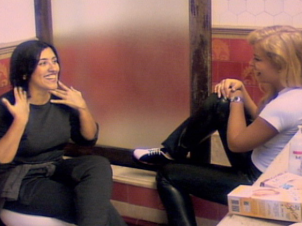 Regina Cas e Anglica no banheiro da casa (Foto: TV Globo)