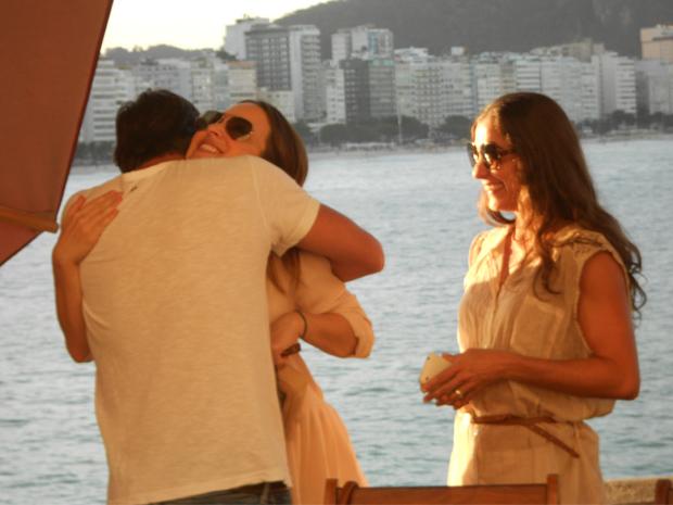 Carol Machado observa o abraço de Marcelo Farias em Gabriela Duarte (Foto: Viva)