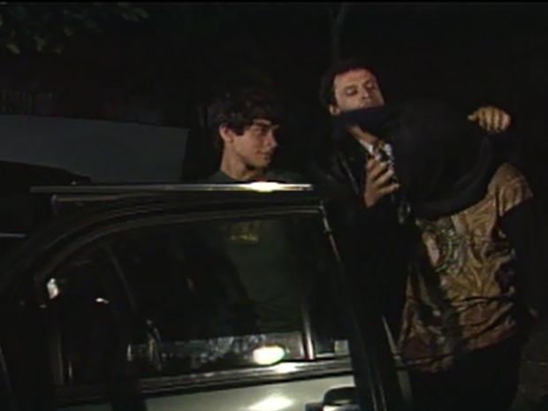 Ringo (Henrique Farias) vê Grilo (Chiquinho Brandão) encapuzar Júnior (Rodrigo Penna Pereira) (Foto: Reprodução / TV Globo)