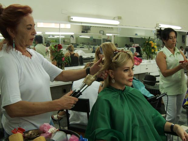 Mulheres contam experiências em meio a secadores e escovas de cabelo (Foto: Viva)