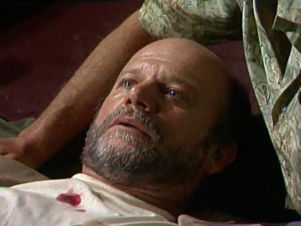 Alex (Cecil Thiré) morre nos braços de Gaspar (Foto: Reprodução / TV Globo)