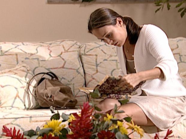 Eduarda (Gabriela Duarte) descobre tudo ao ler o diário em
