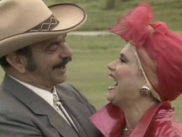 Sinhozinho Malta (Lima Duarte) e Porcina (Regina Duarte) terminam juntos em