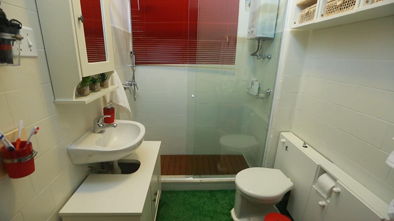 Veja como aproveitar espaços inusitados no banheiro e ampliar o ambiente  Sa -> Gnt Banheiro Pequeno